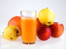 Φρούτα και ποτήρι του χυμού Στοκ φωτογραφία με δικαίωμα ελεύθερης χρήσης