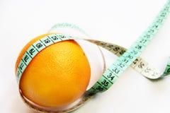 Φρούτα και ταινία μέτρησης στο άσπρο υπόβαθρο Στοκ Φωτογραφία