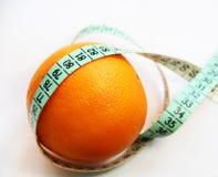 Φρούτα και ταινία μέτρησης στο άσπρο υπόβαθρο Στοκ Εικόνες