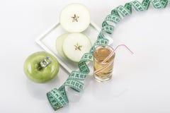 Φρούτα και χυμός της Apple που περιβάλλονται με την πράσινη ταινία μέτρησης επάνω Στοκ φωτογραφίες με δικαίωμα ελεύθερης χρήσης