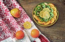 Φρούτα και όμορφη παλαιά πετσέτα στην επιτραπέζια επιφάνεια Στοκ Φωτογραφίες