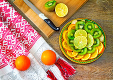 Φρούτα και όμορφη παλαιά πετσέτα στην επιτραπέζια επιφάνεια Στοκ φωτογραφία με δικαίωμα ελεύθερης χρήσης