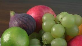 Φρούτα κατατάξεων στον ξύλινο πίνακα απόθεμα βίντεο