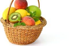 Φρούτα καλαθιών στο άσπρο υπόβαθρο Στοκ Φωτογραφία