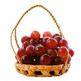 Φρούτα κόκκινων σταφυλιών στο καλάθι που απομονώνεται στο άσπρο υπόβαθρο Στοκ Εικόνες