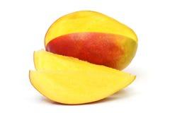 Φρούτα μάγκο που απομονώνονται στο άσπρο υπόβαθρο στοκ εικόνες