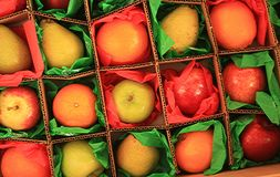 Φρούτα μέσα στα τετραγωνικά κιβώτια στο έγγραφο ιστού Στοκ εικόνα με δικαίωμα ελεύθερης χρήσης