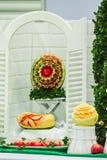 Φρούτα μιγμάτων που χαράζουν στα επιτραπέζια σύνολα Στοκ φωτογραφία με δικαίωμα ελεύθερης χρήσης