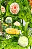 Φρούτα μιγμάτων που χαράζουν στα επιτραπέζια σύνολα Στοκ Εικόνες