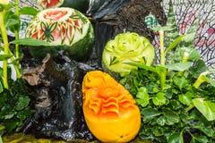 Φρούτα μιγμάτων που χαράζουν στο καλάθι Στοκ Εικόνες