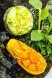 Φρούτα μιγμάτων που χαράζουν στο καλάθι Στοκ εικόνες με δικαίωμα ελεύθερης χρήσης