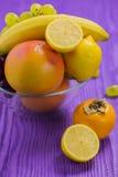 Φρούτα, μπανάνα, γκρέιπφρουτ, λεμόνι, σκοτεινά και άσπρα σταφύλια, Japane Στοκ Εικόνες