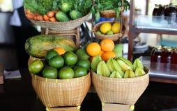Φρούτα μπουφέδων προγευμάτων σε ένα τροπικό ξενοδοχείο θερέτρου στο Μπαλί Ινδονησία, ξενοδοχείο πολυτελείας στην Ασία στοκ εικόνες