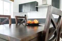 Φρούτα να δειπνήσει στον πίνακα στο δωμάτιο κουζινών Στοκ Φωτογραφία