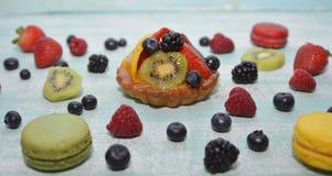 Φρούτα ξινά στον μπλε πίνακα Στοκ Εικόνες