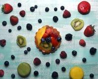 Φρούτα ξινά στον μπλε πίνακα Στοκ εικόνες με δικαίωμα ελεύθερης χρήσης