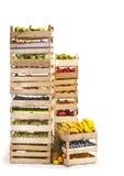 Φρούτα που αποθηκεύονται στα ξύλινα κλουβιά στο άσπρο υπόβαθρο στοκ φωτογραφία με δικαίωμα ελεύθερης χρήσης