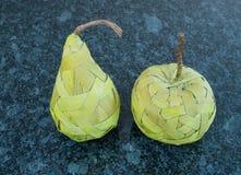 Φρούτα που γίνονται από την ίνα ραφίας στο σκοτεινό γρανίτη Στοκ φωτογραφία με δικαίωμα ελεύθερης χρήσης