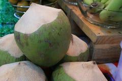 Φρούτα, που κλείνουν επάνω στις καρύδες στοκ εικόνα