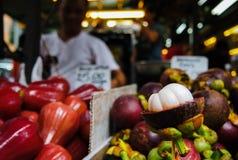 Φρούτα που πωλούνται στην αγορά οδών στην πόλη της Κίνας στοκ εικόνες
