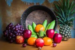 Φρούτα που τοποθετούνται σε έναν ξύλινο πίνακα Στοκ εικόνα με δικαίωμα ελεύθερης χρήσης