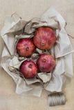 Φρούτα που τυλίγονται στο έγγραφο τεχνών Στοκ Φωτογραφίες