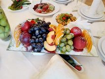 Φρούτα που ψεκάζονται με την κονιοποιημένη ζάχαρη Στοκ εικόνες με δικαίωμα ελεύθερης χρήσης