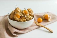 Φρούτα ριβησίων ακρωτηρίων στο άσπρο ξύλινο υπόβαθρο Στοκ Εικόνα
