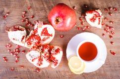 Φρούτα ροδιών με hibiscus το ποτό στο ξύλινο υπόβαθρο Στοκ φωτογραφία με δικαίωμα ελεύθερης χρήσης