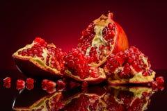 Φρούτα ροδιών σε ένα κόκκινο υπόβαθρο Στοκ εικόνες με δικαίωμα ελεύθερης χρήσης