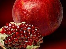 Φρούτα ροδιών σε ένα κόκκινο υπόβαθρο Στοκ φωτογραφία με δικαίωμα ελεύθερης χρήσης