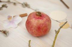 Φρούτα ροδιών στο ξύλινο υπόβαθρο Στοκ εικόνες με δικαίωμα ελεύθερης χρήσης