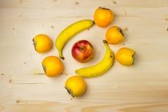 Φρούτα σε έναν ξύλινο πίνακα Στοκ Εικόνες