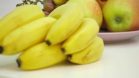 Φρούτα σε έναν ξύλινο πίνακα απόθεμα βίντεο
