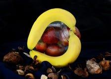 Φρούτα σε ένα εμπορευματοκιβώτιο στο σκοτεινό τρόπο τροφίμων στοκ φωτογραφία με δικαίωμα ελεύθερης χρήσης