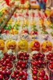 Φρούτα σε ένα φλυτζάνι Τόγκο στοκ εικόνες