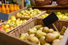 Φρούτα στα καλάθια με τις πινακίδες στην αγορά τροφίμων Στοκ Εικόνες