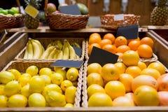 Φρούτα στα καλάθια με τις πινακίδες στην αγορά τροφίμων Στοκ Εικόνα