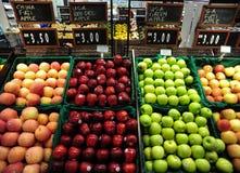 Φρούτα στην αγορά καλαθιών Στοκ Φωτογραφία