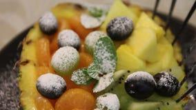 Φρούτα στον ανανά απόθεμα βίντεο