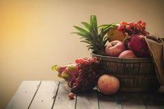 Φρούτα στον ξύλινο Στοκ φωτογραφία με δικαίωμα ελεύθερης χρήσης
