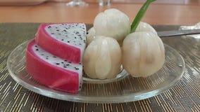 Φρούτα στο γυαλί πιάτων στοκ φωτογραφία