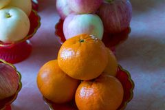 Φρούτα στο δίσκο βάθρων Στοκ Εικόνες