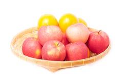 Φρούτα στο καλάθι Στοκ Εικόνες