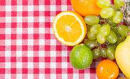 Φρούτα στο κλωστοϋφαντουργικό προϊόν τραπεζομάντιλων Στοκ φωτογραφία με δικαίωμα ελεύθερης χρήσης