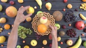 Φρούτα στο μαύρο οικολογικό υπόβαθρο Τοπ όψη φιλμ μικρού μήκους