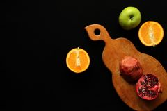 Φρούτα στο μαύρο υπόβαθρο στοκ εικόνες