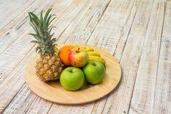 Φρούτα στο ξύλινο υπόβαθρο Στοκ Φωτογραφίες