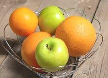 Φρούτα στο ξύλο Βιο υγιή τρόφιμα, χορτάρια και καρυκεύματα Στοκ φωτογραφία με δικαίωμα ελεύθερης χρήσης