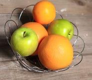 Φρούτα στο ξύλο Βιο υγιή τρόφιμα, χορτάρια και καρυκεύματα Στοκ Φωτογραφίες